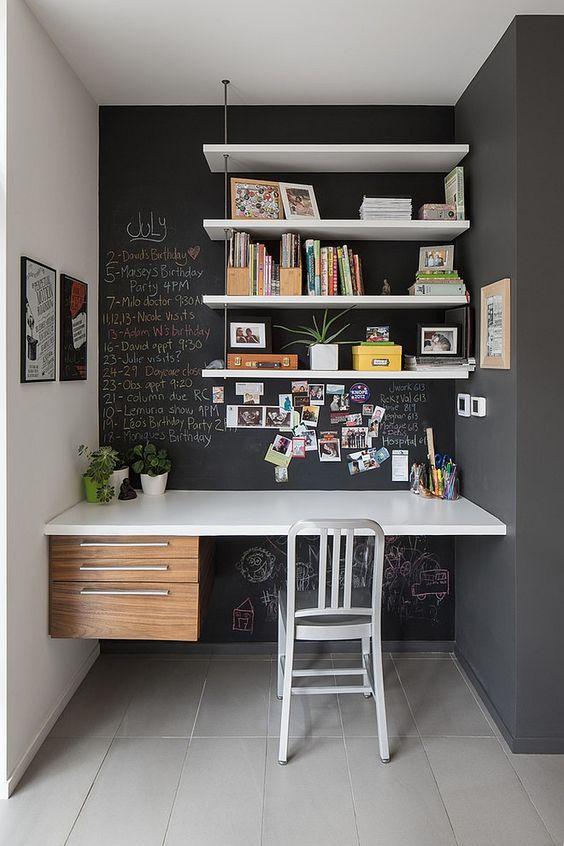 Prateleiras verticais e tinta de quadro negro, é a combinação perfeita para um home office lindo♥: