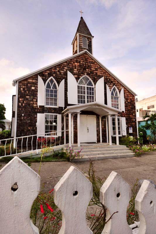 In de winkelstraat van Philipsburg staat onder meer het oudste Nederlandse gebouw op Sint Maarten. Het 'courthouse' (gerechtsgebouw) is een statig gebouw in traditionele Nederlands/Caribische stijl. En nog steeds in functie. Ook in Orleans in het Franse deel zijn nog historische huizen te zien.