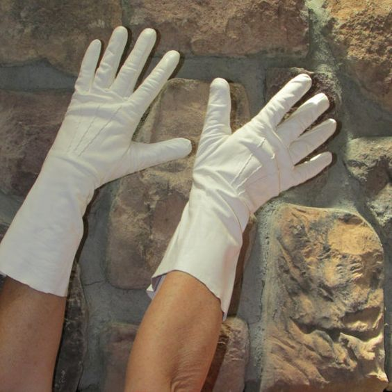 Vintage 1950s White Kid Leather Gloves by ladysslippervintage