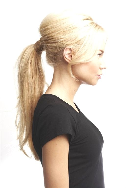 Brigitte Bardot Ist Eine Echte Ikone Die Uber Jahrzehnte Hinweg Mit Ihrem Stil Begeistert Die Franzosisch Pferdeschwanz Frisuren Frisur Ideen Toupierte Haare