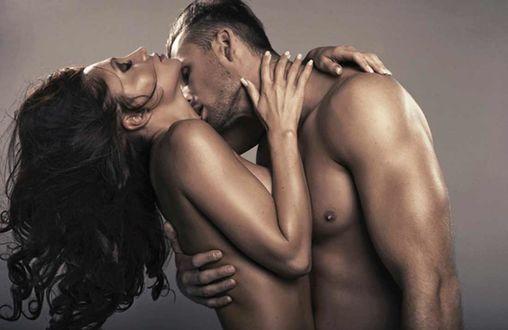 Фото Парень страстно целует девушку