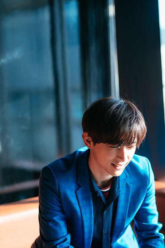 ブルーのジャケットが良く似合っている吉沢亮の高画質画像