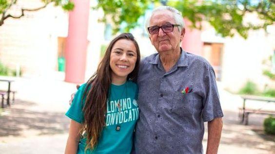 El inspirador caso del abuelo de 82 años que coincide en la universidad con su nieta