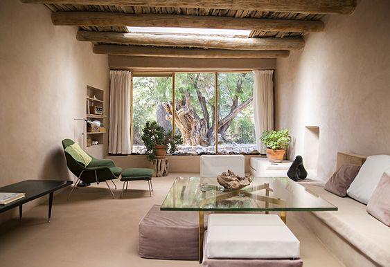 La casa que Georgia O'keefe rehabilitó en Nuevo Mexico. Chimenea y paredes de adobe, techos de madera.. máximo respeto por la arquitectura del lugar