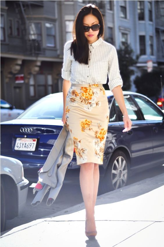 mix de estampas no look de trabalho: saia floral e camisa xadrez