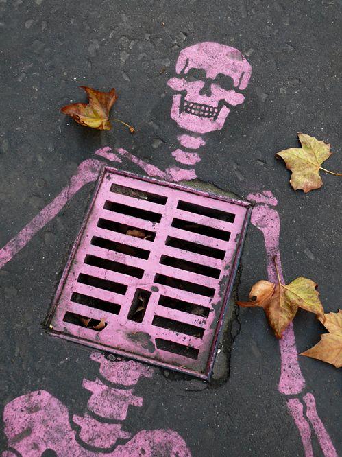 A Paris -  Un squelette sur une plaque d'égout