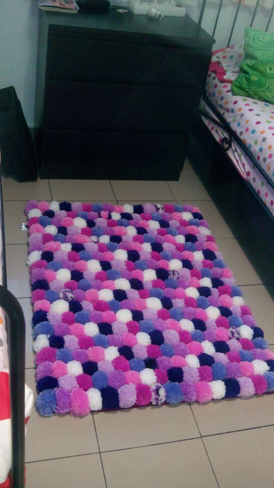 Alfombra de ponpones pon pon lana handmade echo en for Alfombra lana