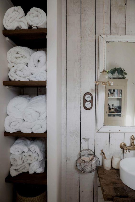 Pour ranger les serviettes, j'avais repéré une inspiration d'étagères tout en hauteur sur Pinterest que je trouvais canon. Pour plus d'infos, rdv sur mon article :)