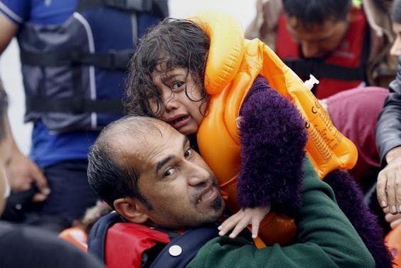 """Chaouki, de origem marroquina, """"barricou-se simbolicamente"""" no domingo no centro de ilha de Lampedusa, afirmando que ficaria ali até que os migrantes, alguns deles ali confinados há meses, fossem transferidos para outras instalações em Itália."""