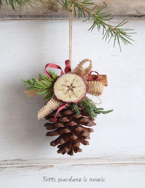 Tutti guardano le nuvole: Country Christmas - Decorazione natalizia realizzata con dischetti di legno dipinti.