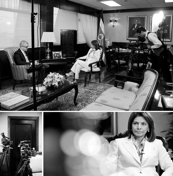 Presidenta de Costa Rica concede entrevista a bloguero de su país. Laura Chinchilla, presidenta de Costa Rica, es la excepción. El periodista Cristian Cambronero, del conocido blog El Fusil de Chispas, logró conversar con ella a fondo.