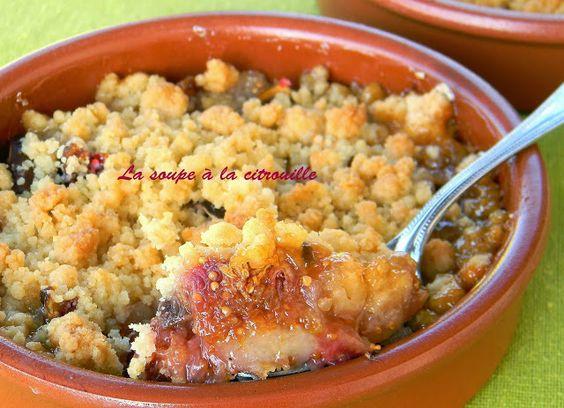 La soupe à la citrouille: Crumble figues et poires au miel et baies roses