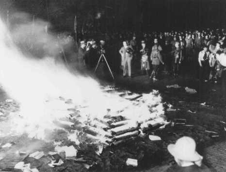 """Livros  considerados """"não-alemães"""", queimados pelos nazistas na""""<i>Opernplatz</i> (Praça da Ópera). Berlim, Alemanha. 10 de maio de 1933."""
