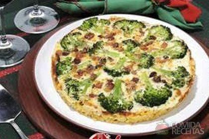 Receita de Pizza de macarrão e brócolis em receitas de salgados, veja essa e outras receitas aqui!