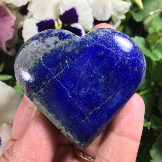 688 отметок «Нравится», 7 комментариев — ???? Mariah ???? The Sacred Crystal (@thesacredcrystal) в Instagram: «Gorgeous Lapis Lazuli Hearts are available in my Etsy shop. ????✨ Lapis Lazuli is one of the most…»: