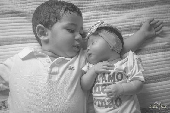 O primeiro contato, delicia de irmãos.. uma fofura só! maninho e maninha. #carinho #irmãos #familia #dengo
