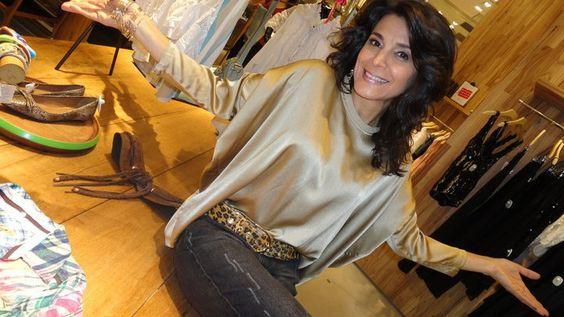 Dani Luz, minha irmã, com uma blusa de cetim maravilhosa