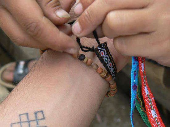 Faites attention quand on vous offre un bracelet d'amitié ! Cela pourrait bien être une arnaque !