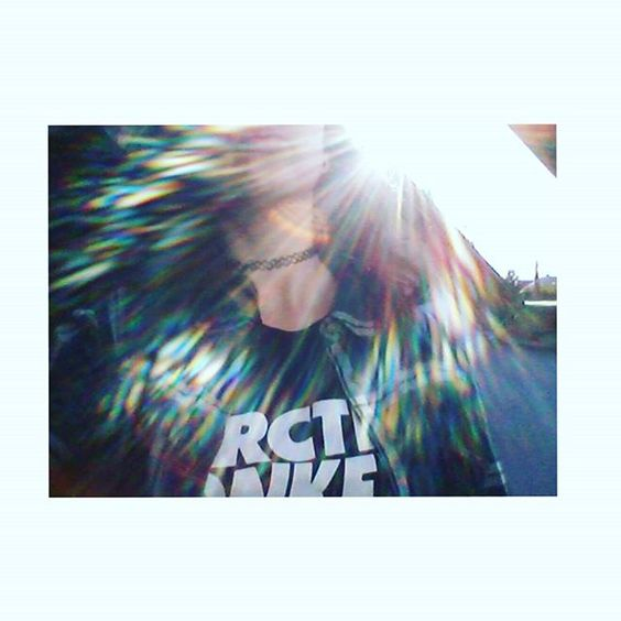 lizagyongyosi/2016/10/01 19:41:47/#shine #sunshine #me #morning #sun #color #colorful #colourful #yes #arcticmonkeys #girl #littlegirl #grunge #alternative #alexturner #alter #tumblrgirl #tumblr #picture #photography #photoinmyroom #necklace #black #window #iphonephoto