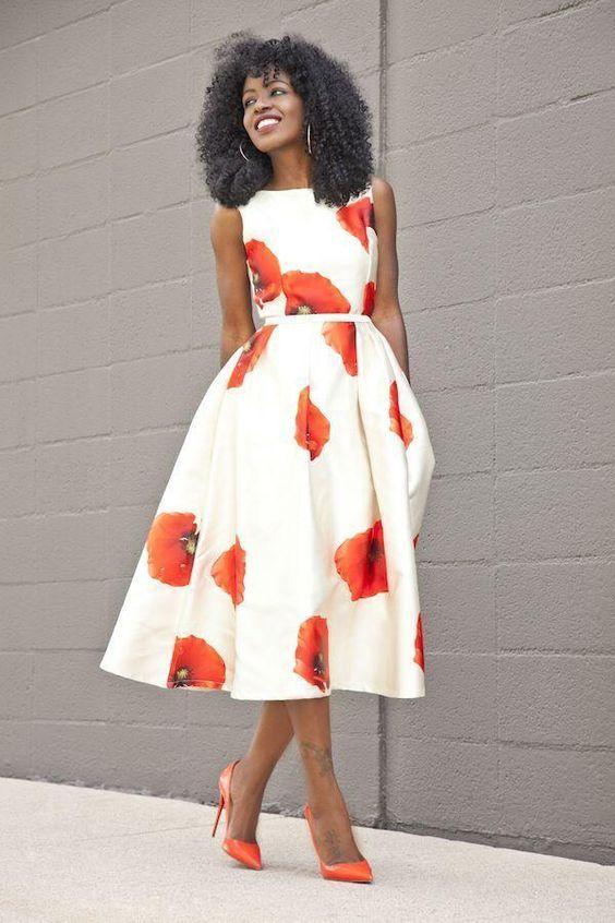 12 combinações com vestido midi para você testar no verão - #GuitaModa. Vestido rodado, romântico com estampa floral vermelha, scarpin vermelho
