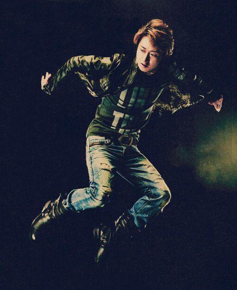 ジャンプしている大野智