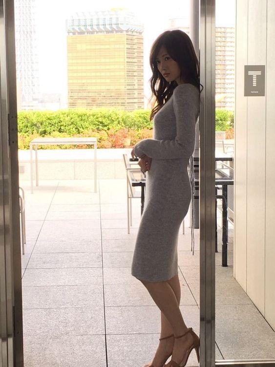 灰色の服を着た白石麻衣