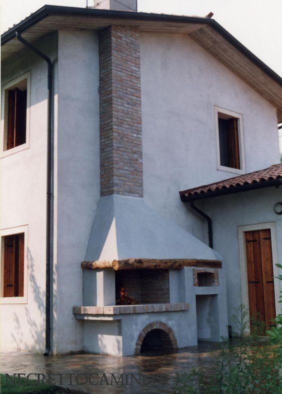 Camino realizzato in muratura con rivestimento di mattoni vecchi a facciavista nella canna fumaria