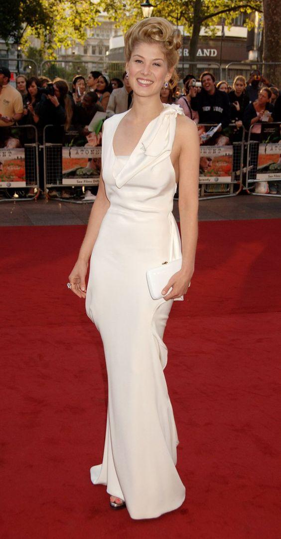 Pin for Later: Vom Bond Girl zum Gone Girl: Rosamund Pike's Verwandlung Rosamund Pike Rosamund erschien wie eine griechische Göttin zu denGQ Men of the Year Awards im Jahr 2007.