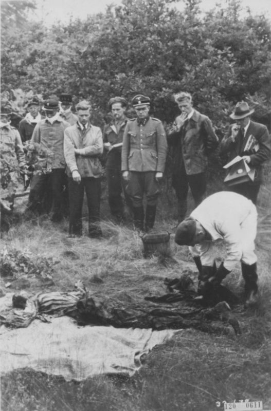 Former commandant of a concentration camp Amersfoort (Amersfoort) Untersturmführer SS Carl-Peter Berg (Karl Peter Berg, 1907-1949) at the exhumation of the bodies of dead prisoners.
