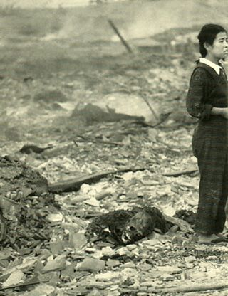 The damage of atomic bomb which Japanese Nagasaki received. The girl who stands besides mother who became a charred corpes.