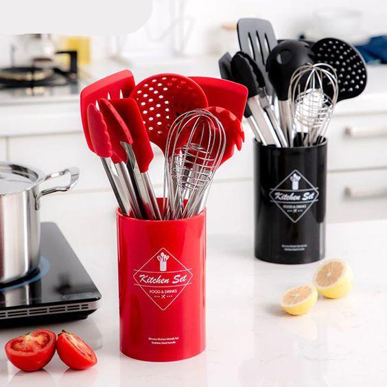 Set Premium de utensilios de cocina fabricados en silicona de grado alimenticio y acero inoxidable.  Aporta a tu cocina un estilo moderno, al mismo tiempo que tendrás un set de utensilios de la más alta calidad.  Certificados SGS, FDA y CE