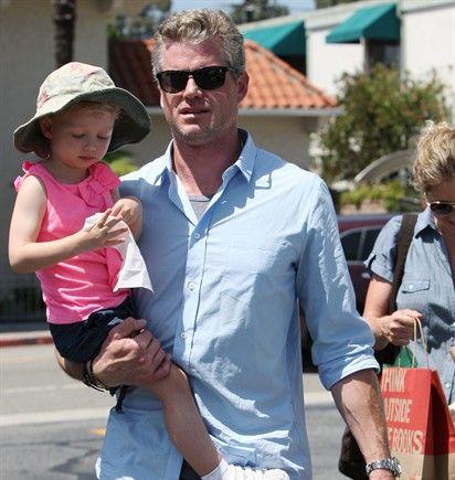 30/07/2012 Eric Dane trascorre la domenica con la famiglia: con la moglie, l'attrice Rebecca Gayheart (sullo sfondo) sposata nel 2004, e con le figlie Billie Beatrice (in braccio a papà) e Georgia Geraldine (nata a dicembre 2011).