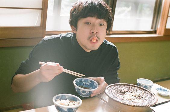 食事中の太賀のかっこいい画像