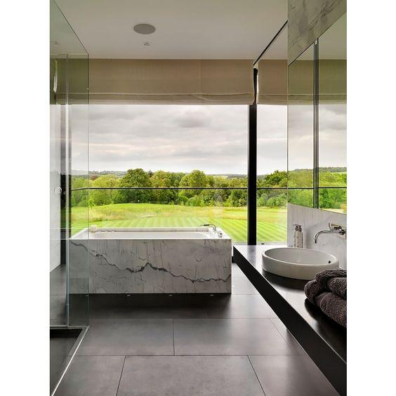 banheira de mármore em banheiro com vista - Arkpad