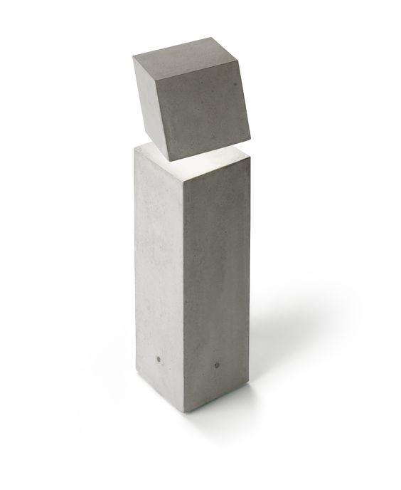 Die Pollerleuchte Break 4100 wurde von Xuclà & Alemany für die spanische Firma Vibia entworfen. Die Leuchten aus der Serie Break haben einen skulpturalen Charakter, der auch durch das verwendete  Material Beton Ausdruck findet. Ein innenliegender Diffusor aus Metacrylat  spendet a...