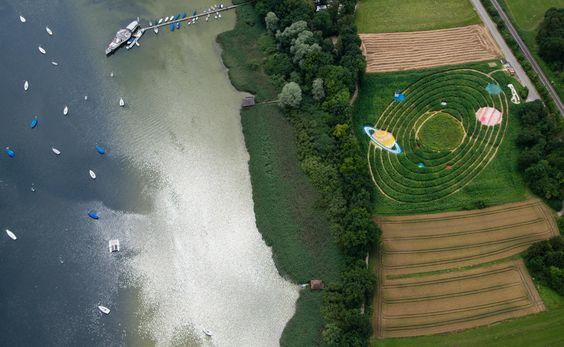 Wetterbilder des Tages     Landwirte Corinne und Uli Ernst mähen jedes ein anderes Motiv in ihr Feld bei Utting am Ammersee (Bayern); diesmal: unserer Planetensystem aus Hanf, Mais und Sonnenblumen