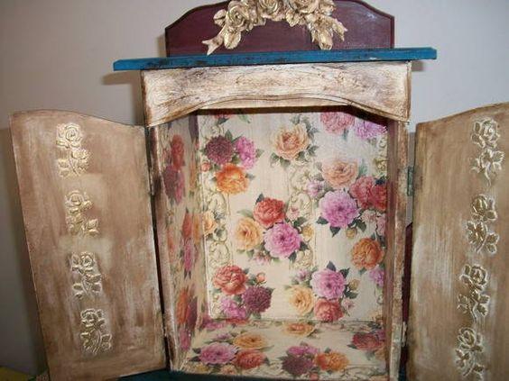 oratorio em madeira  forrado com papel estampado e aplique em resina detalhes em dourado.ESPAÇO PARA COLOCAR IMAGEM DE 26 CM DE ALT E 21 CM DE LARG>. R$ 120,00