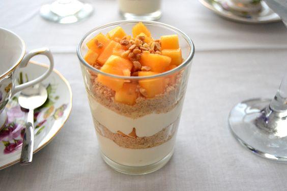 Parfait de yogur griego con galleta María triturada, caqui y almendra crocanti