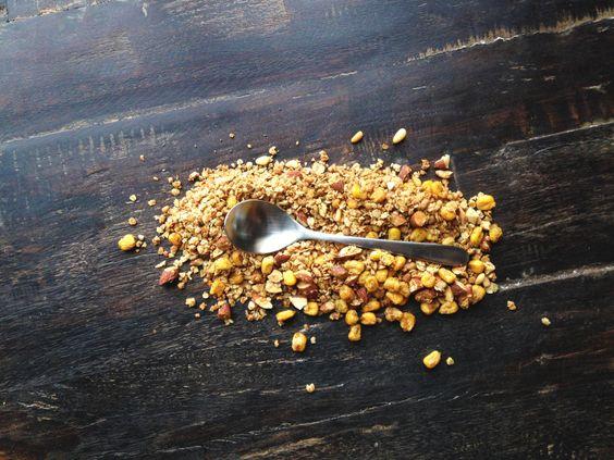 Et dans ce granola que La Gamelle n'a pas pu s'empêcher de pimper, un ingrédient qui a fait ses preuves et qui est très approprié encore une fois pour ce type de recette, le thé. Ici présent, nous retrouvons le Dong Ding de Mme Lin, un thé Wulong de la Maison de Thé Camellia Sinensis. Ce dernier remplacera efficacement le sel qui pourrait normalement être utilisé pour la recette, quoique rien n'empêche d'y ajouter les deux.
