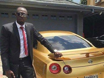 Usain Bolt muestra su auto de oro