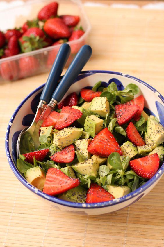 Salade avocats, fraises, mâche, vinaigrette au miel et au pavot