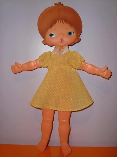 Es una muñequita plana hecha por la empresa italiana Sebino en el año 1972 Era una muñeca (Bambola) que cabe en el bolsillo. Es muy original, mide 25 cms. de alto y se puede plegar Es liviana, hecha de plástico duro, con remaches para poder plegarla.