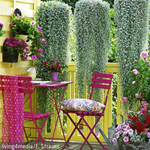 Ihr sucht nach Ideen, um Eurem kleinen Balkon einen neuen Look zu verpassen? Besonders in Sachen Farbwahl kann man sich bei Balkonmöbeln und -Deko austoben.  …