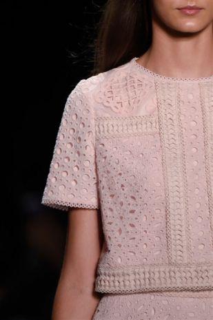Rosa quarzo è il colore del 2016 secondo Pantone ===  New York. Il guardaroba della prossima stagione sarà tinto di rosa quarzo. Almeno secondo quanto ha decretato Pantone, l'azienda Usa specializzata in classificazione e catalogazione del colo...: