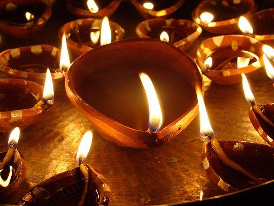 Deepawali o Diwali è certamente il più grande e il più luminoso di tutti i festival indù. E 'la festa delle luci (profondità = luce andavali = una riga vale a dire, una fila di luci) che è caratterizzato da quattro giorni di festa, che illumina letteralmente il paese con la sua brillantezza, e abbaglia tutti con la sua gioia. Ognuno dei quattro giorni la festa di Diwali è separato da una tradizione diversa, ma ciò che resta vero e costante è la celebrazione della ...