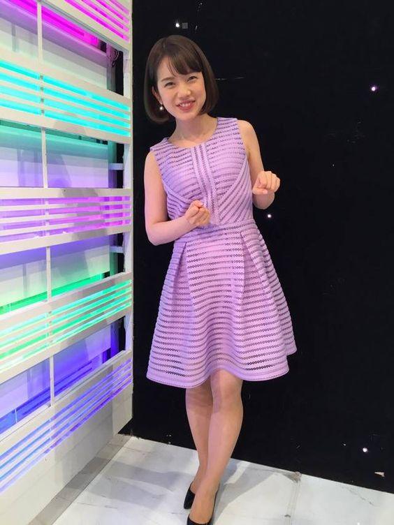 紫のニットワンピースがキュートな弘中綾香アナ