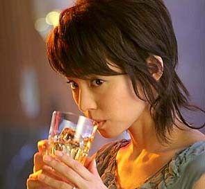 ウィスキーを飲む石田ゆり子