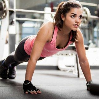 Endlich wieder in die Lieblingsjeans passen: Da kommt der Trainingsplan zum Abnehmen genau richtig!