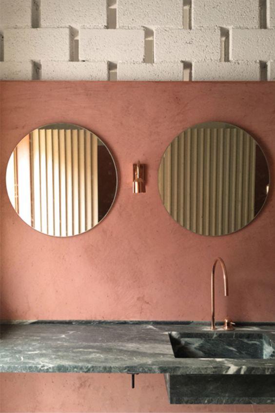 Espejos dorados y tonos rosas que enamoran los espacios.
