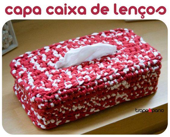 """Capa """"mesclado vermelho e branco"""", feita em crochet com trapilho."""